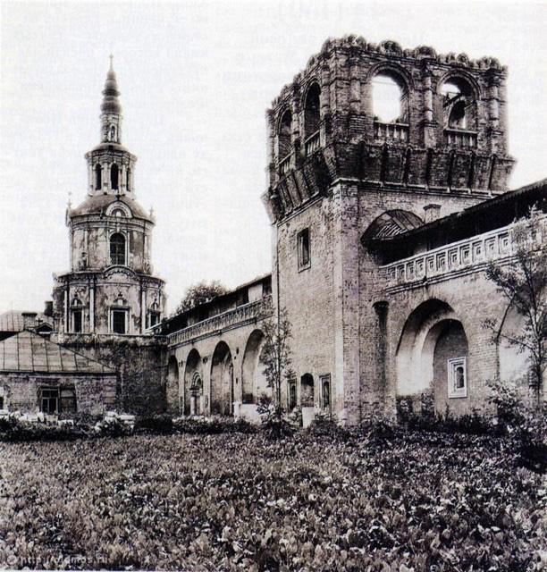 Надвратный храм Тихвинской иконы Божией Матери и фрагмент Северной стены. 1940 год