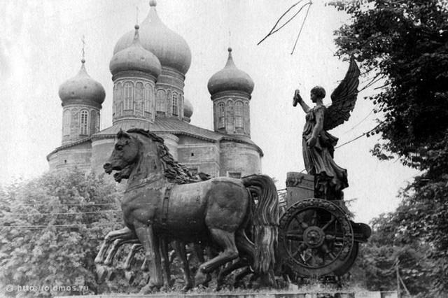 Элементы Триумфальной арки на фоне куполов Большого Донского собора. 1958 год