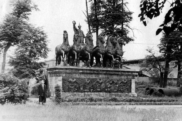 Элементы Триумфальной арки в Донском монастыре. 1958 год