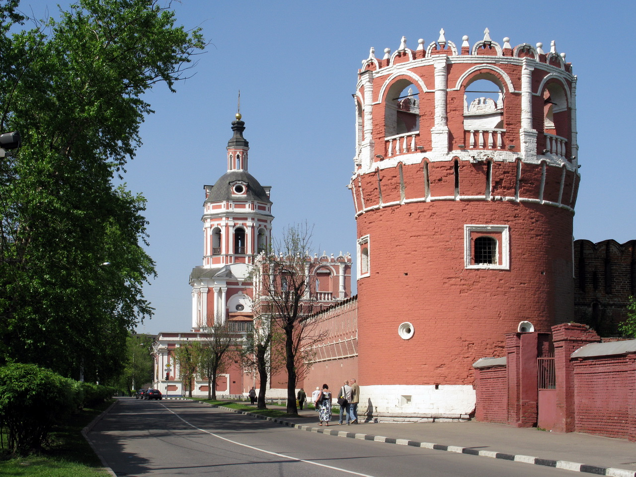 Walls_and_towers_of_Donskoy_Monastery_06