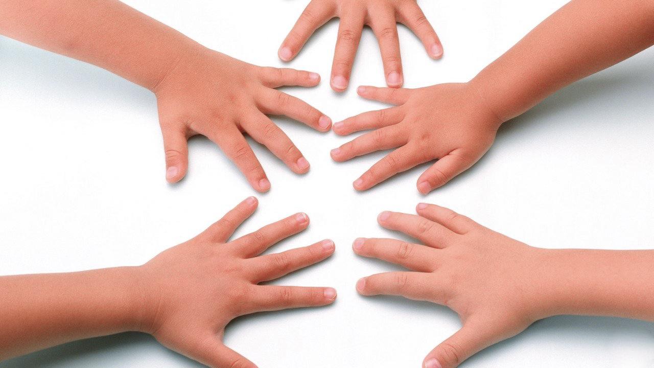 Detskie-ruki-na-belom-fone_1