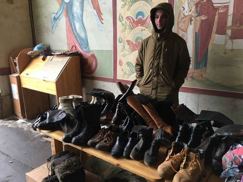 Раздача одежды в Донском монастыре