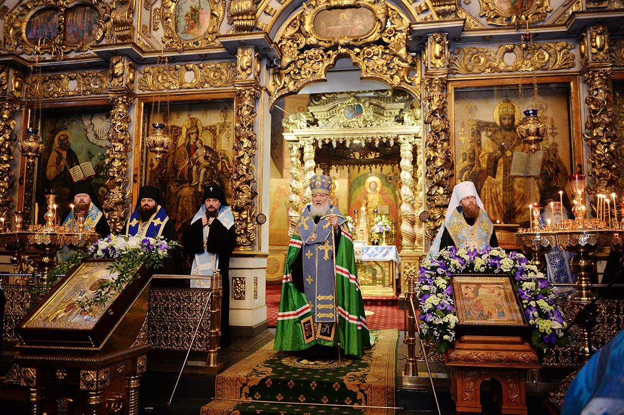 В годовщину интронизации святителя Тихона Святейший Патриарх Кирилл совершил молебен в Донском монастыре
