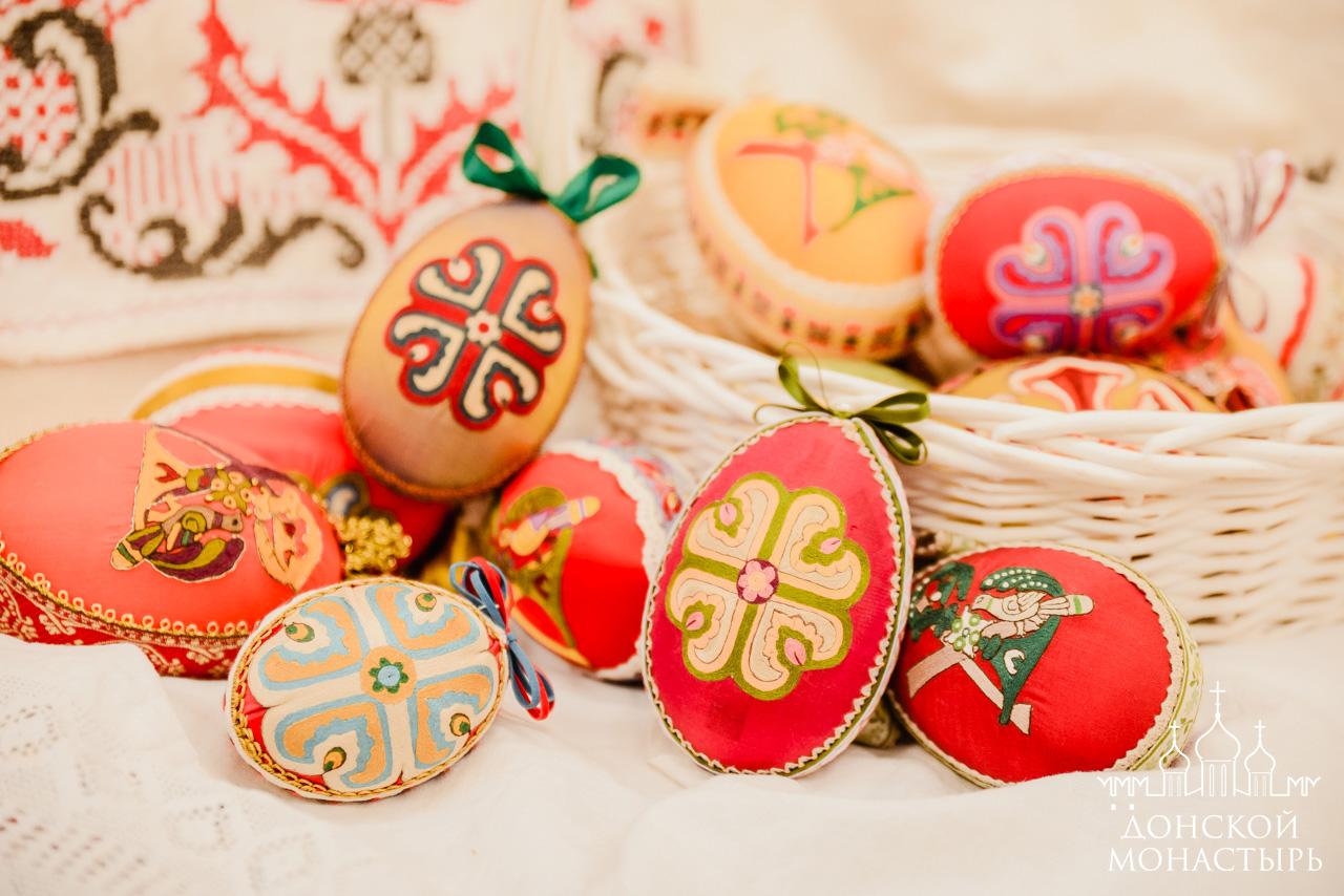 Вышитые пасхальные яйца в золотошвейной мастерской Донского монастыря